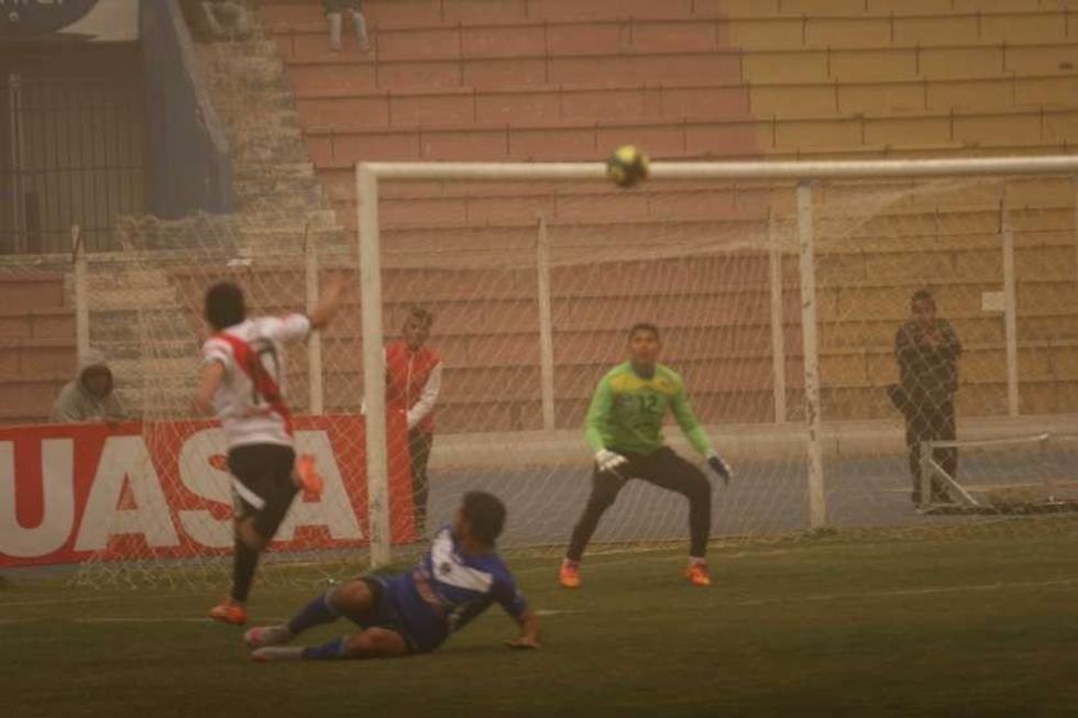 Darwin Peña (d) en la jugada del gol.