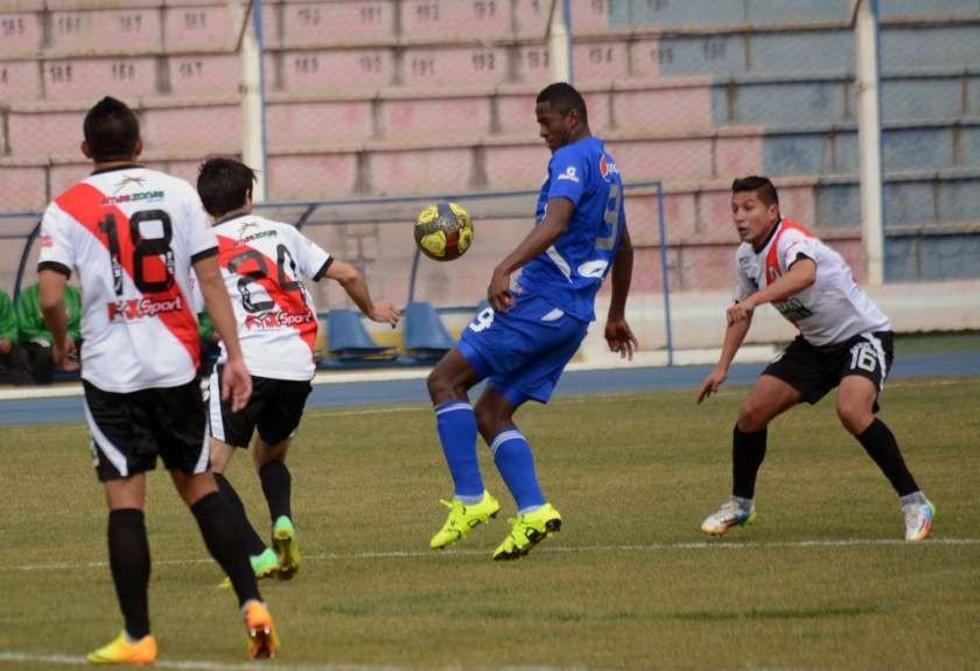 Augusto Andaveris (c) trat de esquivar la marca de los jugadores de la banda roja.
