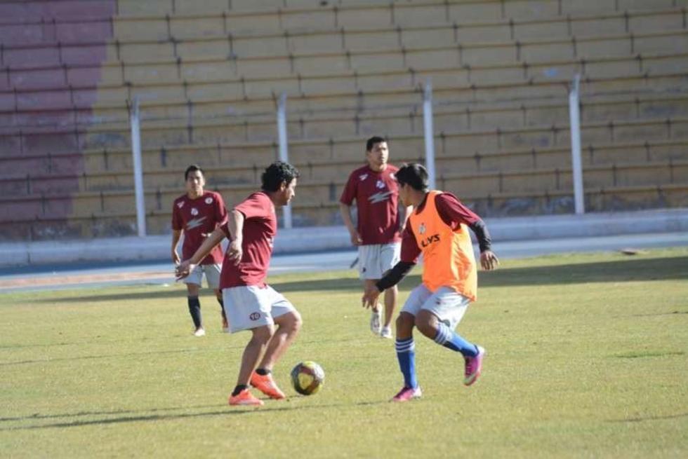 Darwin Peña controla el balón durante una práctica anterior.