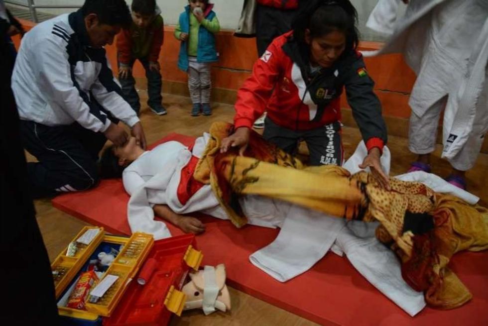 La deportista chuquisaqueña recibía la atención médica.
