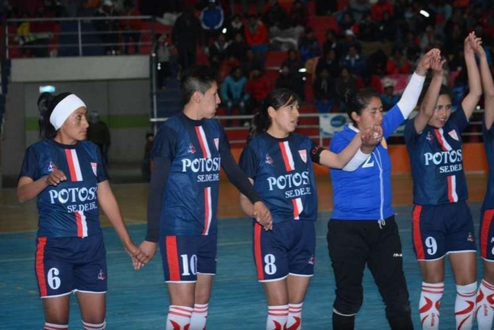 Las jugadoras de Potosí celebran la victoria.