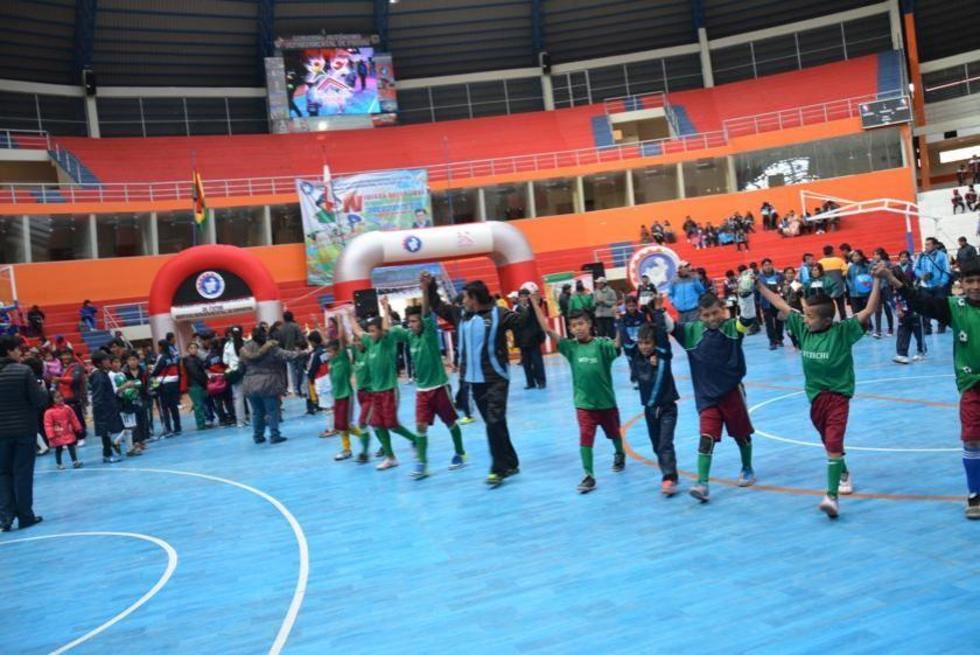 El equipo de Vitichi da la vuelta olimpica.