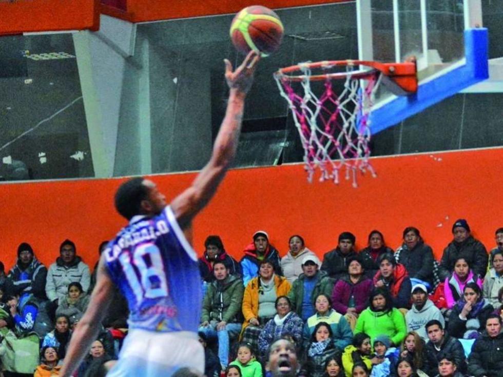 El venezolano Kelvin Karvallo clava el balón en su primer partido.