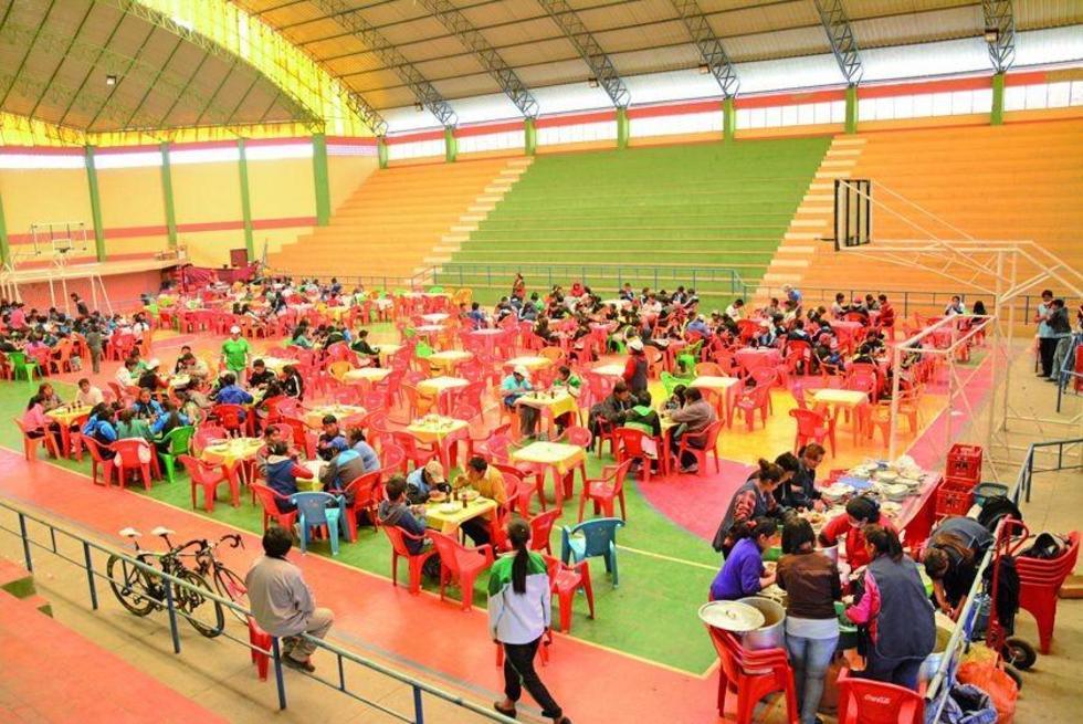 """Los estudiantes almuerzan en al coliseo """"Satélite""""."""