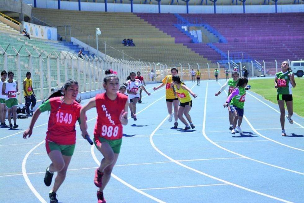 Las atletas en plena competencia en la prueba de relevos.