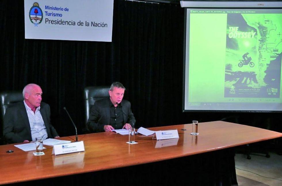 El ministro argentino de Turismo, Enrique Meyer (i), y el director del Dakar, Etienne Lavigne (d).