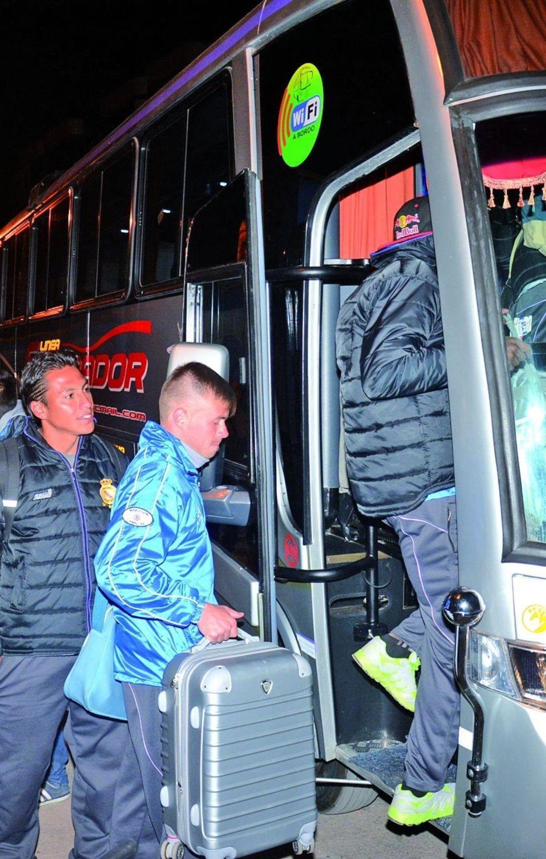 Los jugadores abordan el bus.