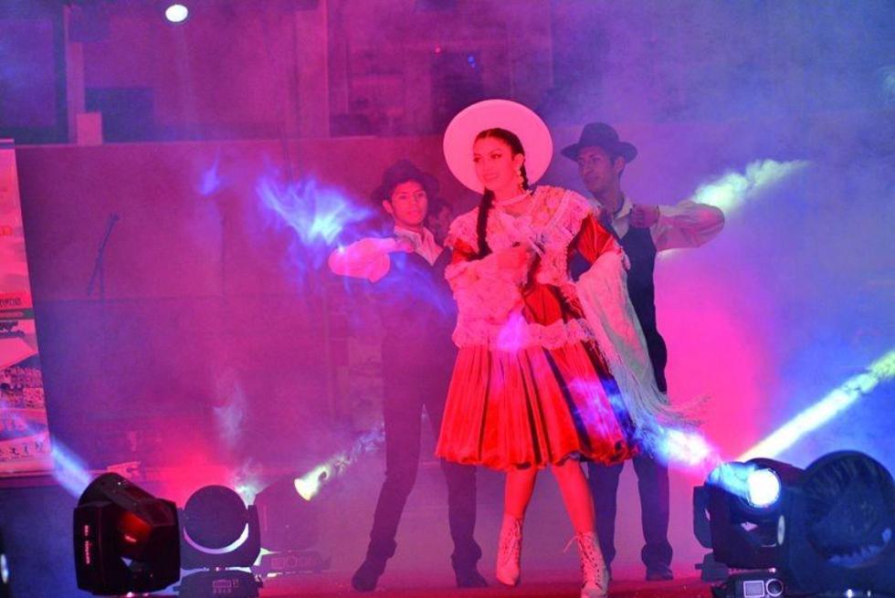 Mariane Lujan Barrenechea entra con la vestimenta típica de Potosí.