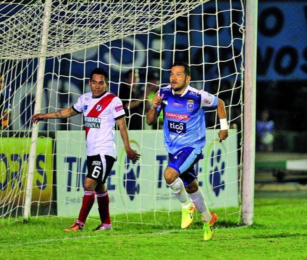 El jugador de Blooming, Pablo Salinas celebra su gol.