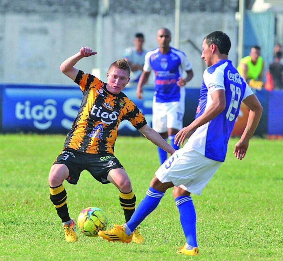 Alejandro Chumacero y Rosauro Rivero pugnan la posesión del balón.