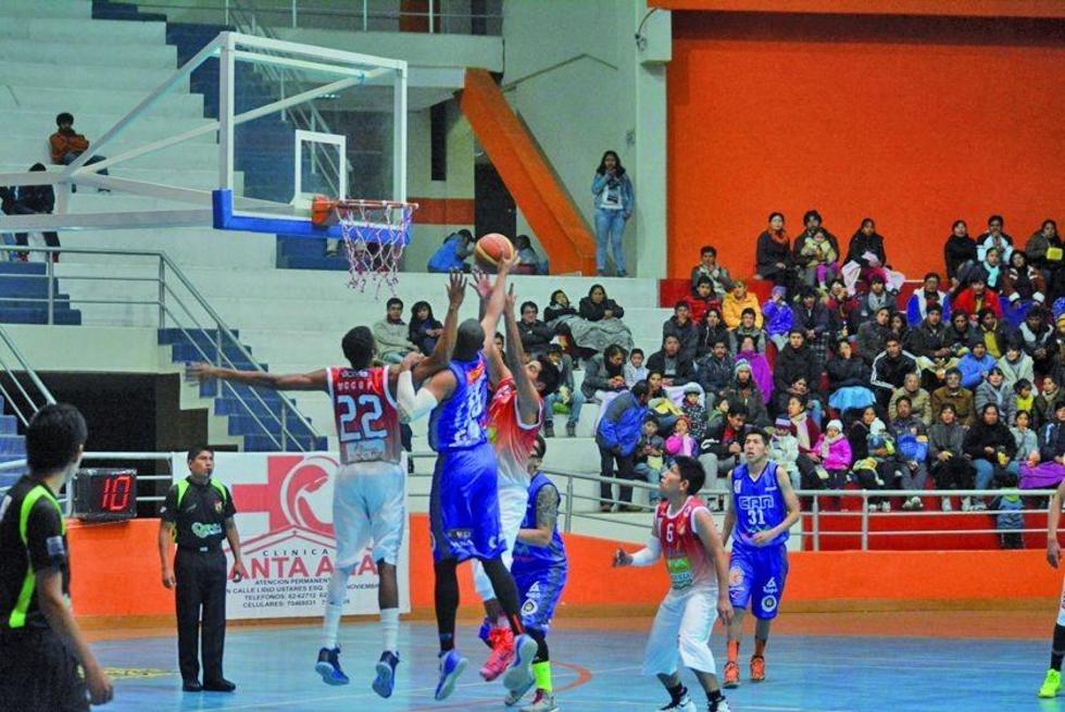 El jugador de CAN, Daniel Nembhard, intenta tapar a Luis Fuertes, de Pichincha.