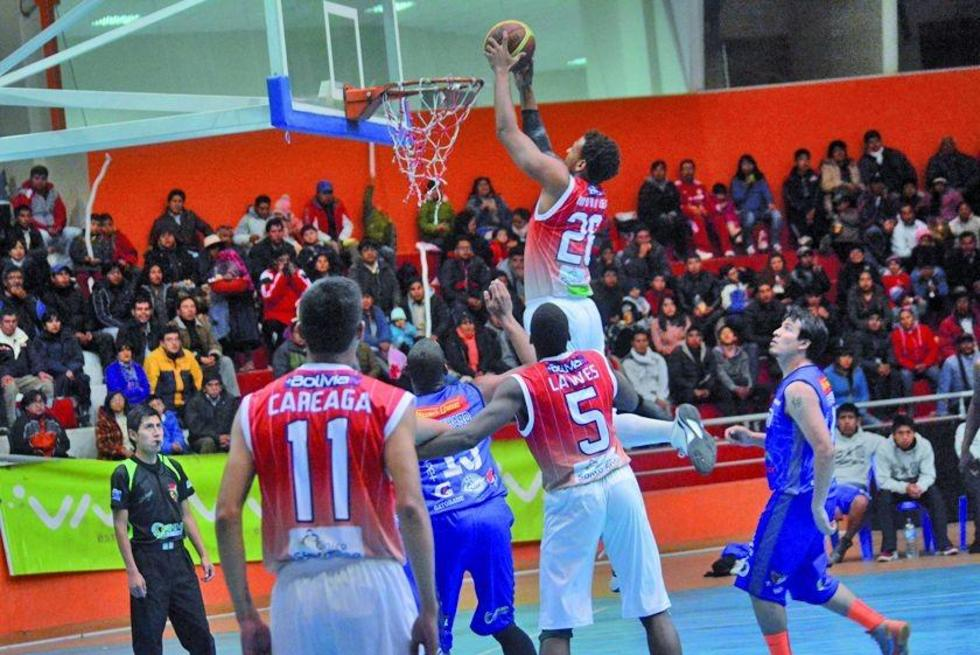 El basquetbolista de la vieja casona, Darius Morales, en plena clavada.