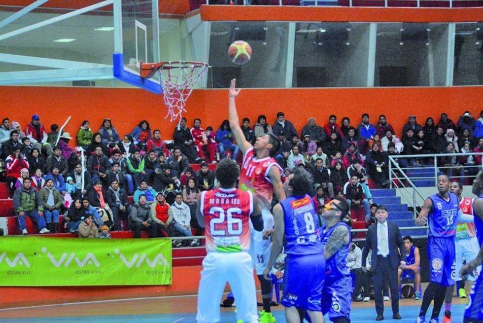 El jugador Luis Careaga encesta el balón para Pichincha.