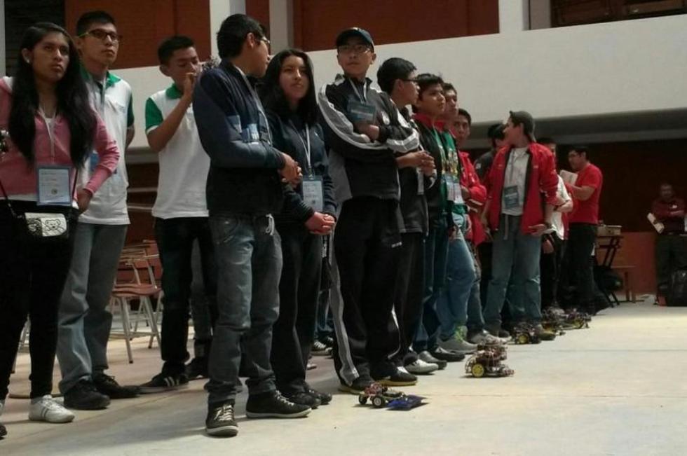 Los estudiantes antes de comenzar la competencia. Foto: Dayana Martínez