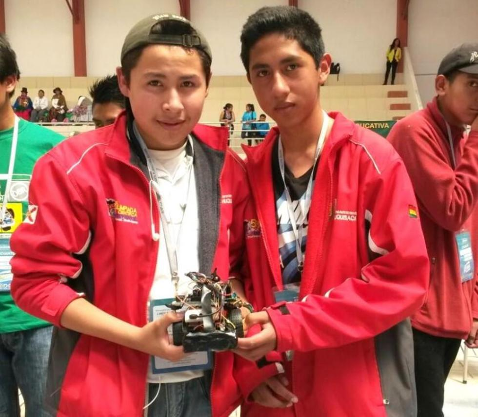 Ángel D. Lora y Bruno Montecinos (Sucre) compitieron en hardware libre y marcaron el mejor tiempo. Foto: Dayana Martínez