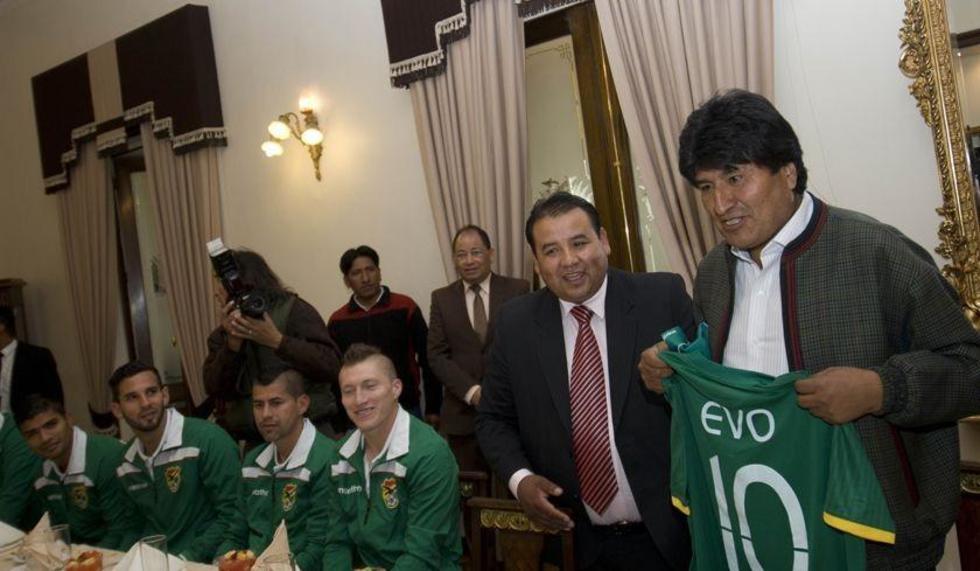 Evo Morales recibe la divisa de manos del presidente de la FBF, Marco Ortega.