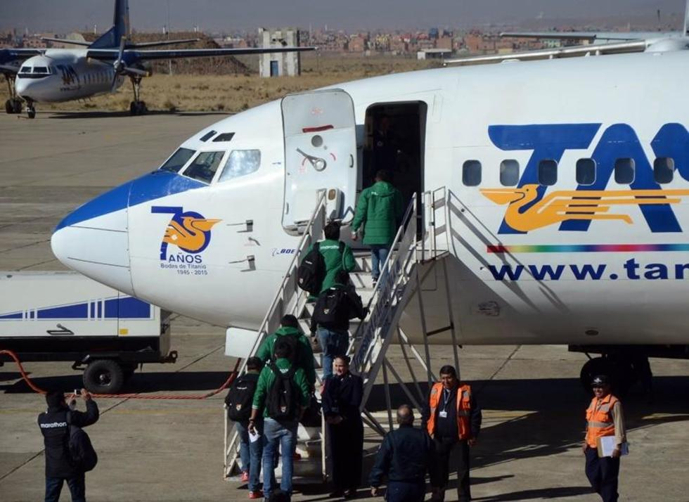 Los jugadores arribaban al avión que los traslado a la sede del cotejo.