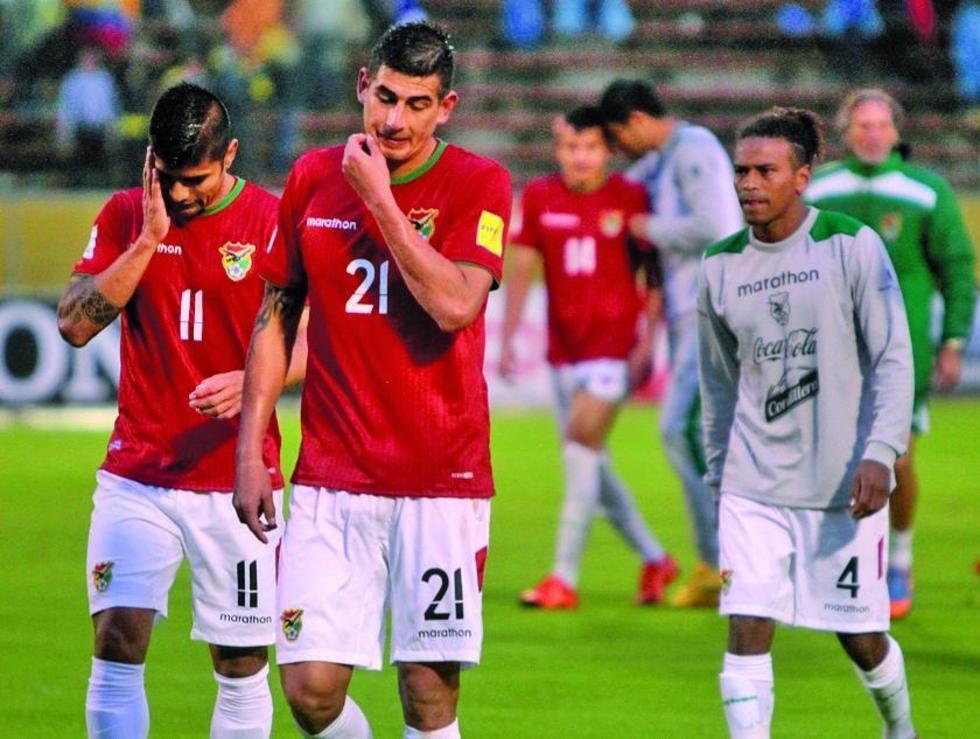Los jugadores del combinado nacional, cabizbajos del estadio.