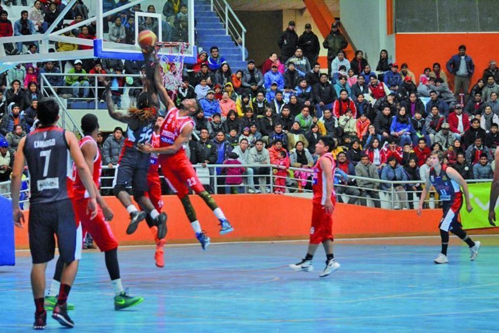 El encuentro de básquet se disputó palmo a palmo entre potosinos y cochabambinos.
