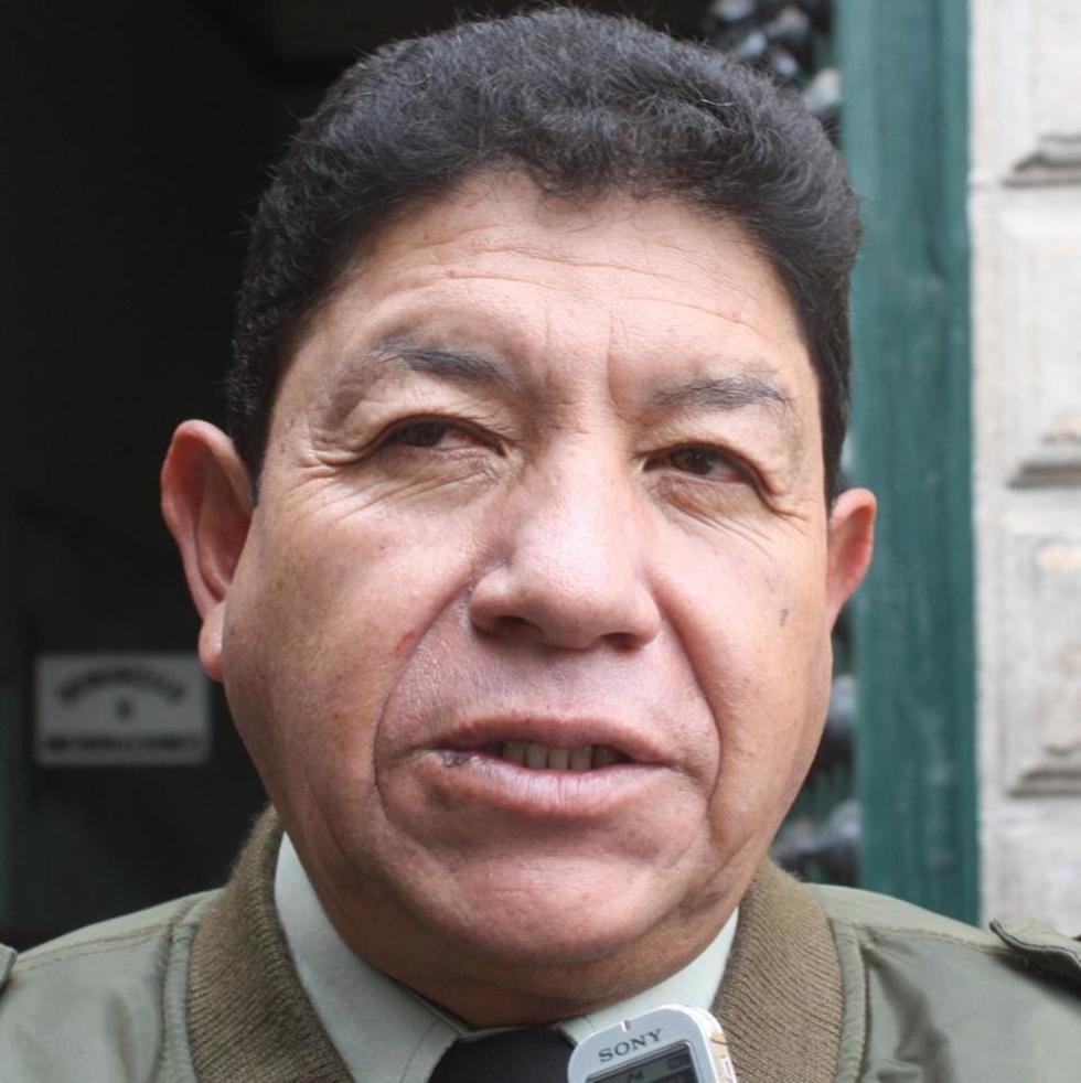 Víctor Hinojosa - comandante de la policía.