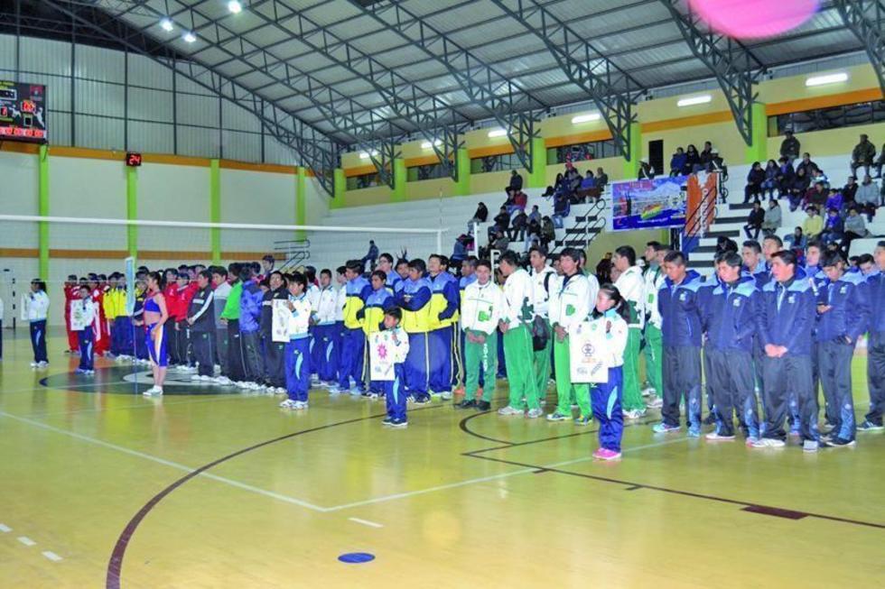 Los equipos durante la inauguración.