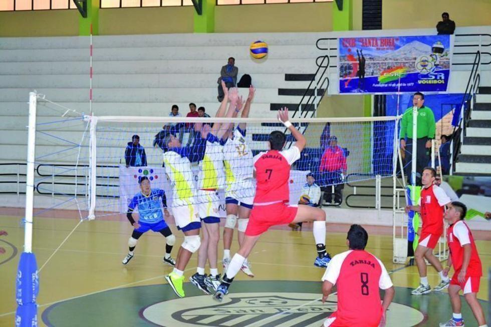 Los voleibolistas de San Roque, de Tarija (rojos) se enfrentan a U.C.B, de La Paz.