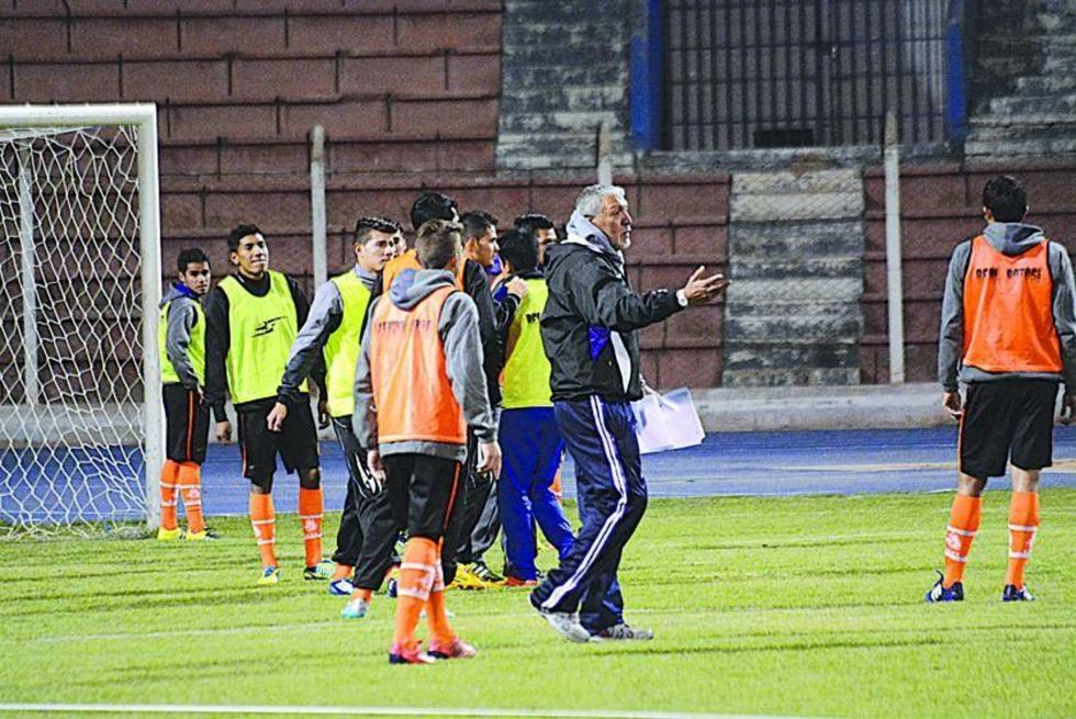 El técnico del plantel lila, Oscar Sanz, da instrucciones en la práctica.