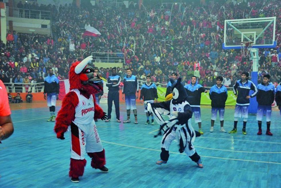 Los mascotas de ambos equipos marcaron el inicio de la pulzeta deportiva.