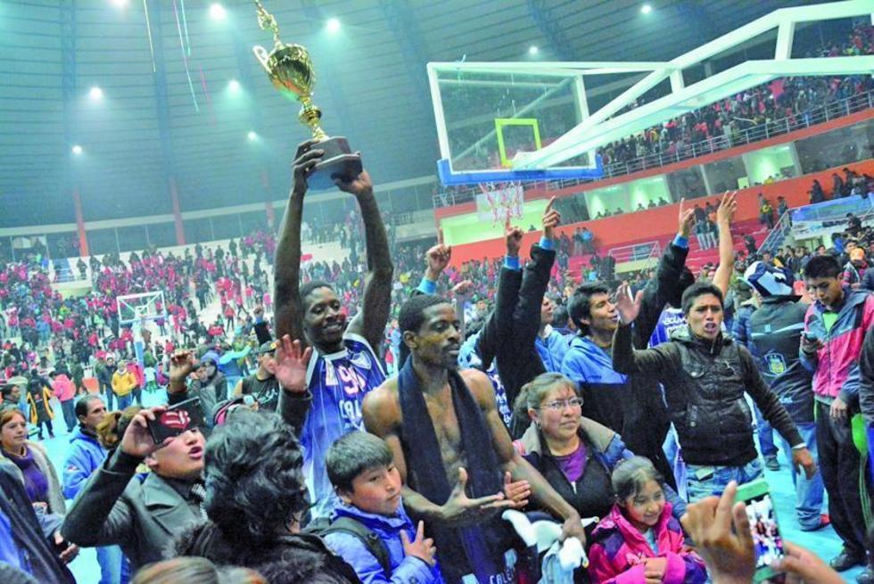 Los jugadores  de Calero celebran la victoria.