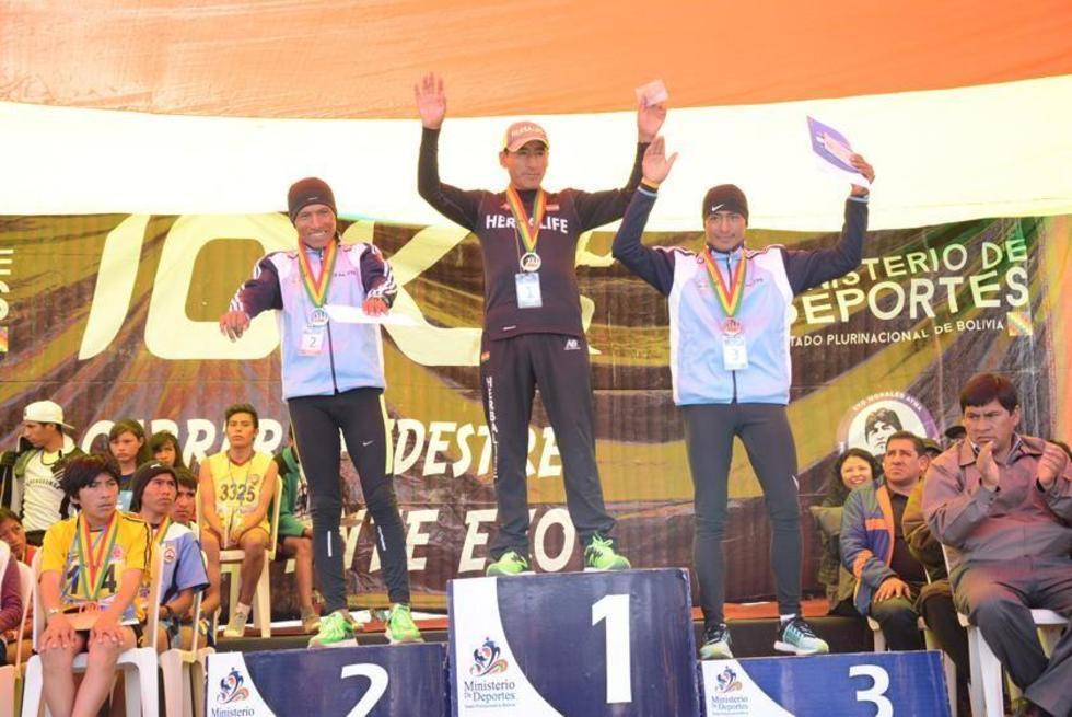 Eduardo Salamanca, Jorge Eduardo Aruquipa y Vidal Basco en el podio de ganadores.
