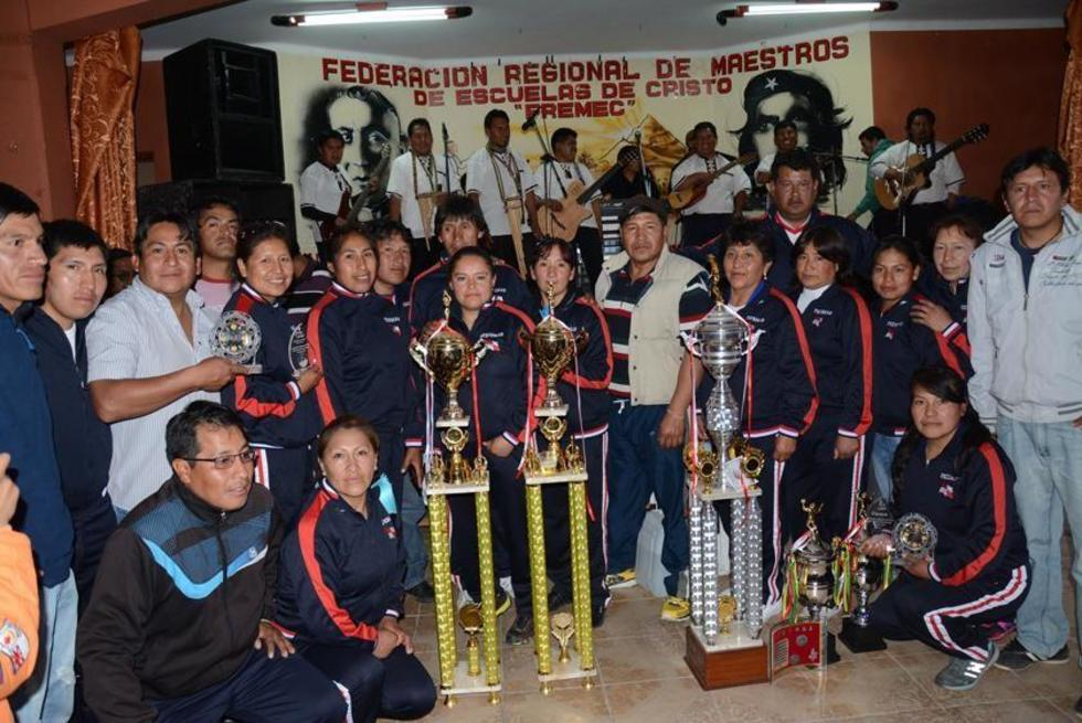 La delegación campeona posa junto a los trofeos