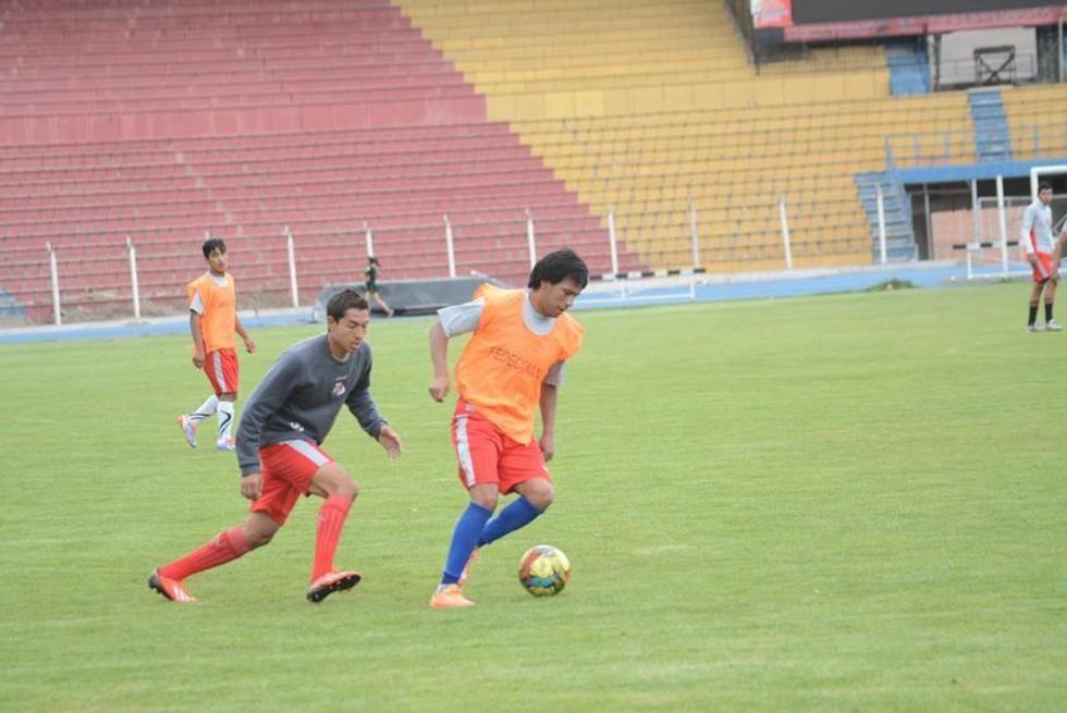 El jugador Pastor Torres controla el balón durante una práctica anterior.