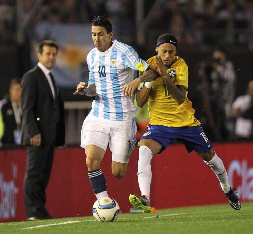 El jugador argentino, Ángel Di Maria disputa el balón con Neymar Jr, de Brasil.
