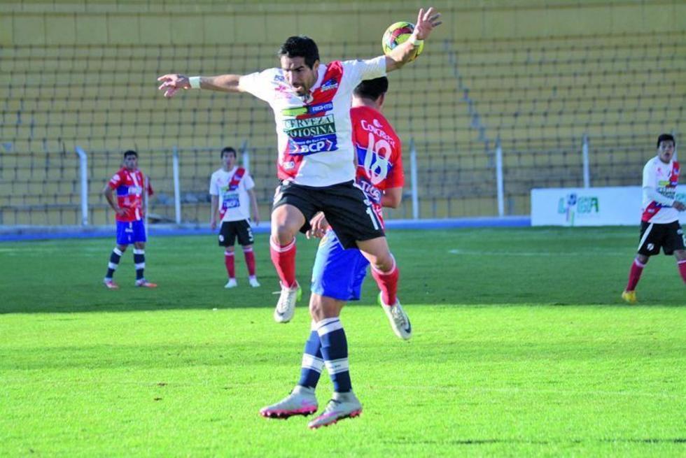 Ignacio Garcia  y Juan Eduardo Fierro pelean por la posesión del balón.