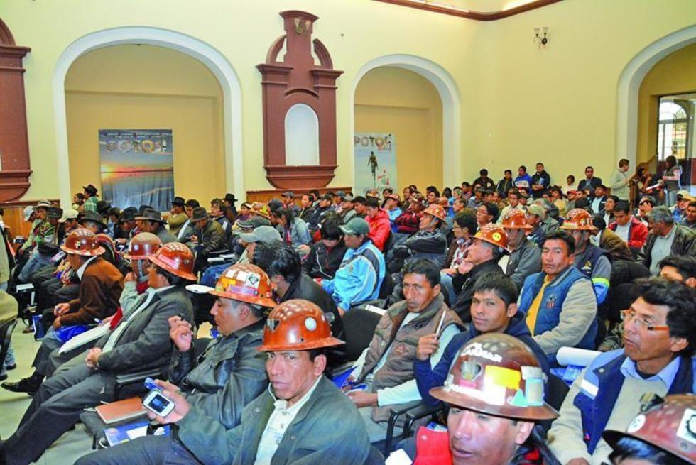 Representantes de las cuatro regiones llegaron a la reunión.