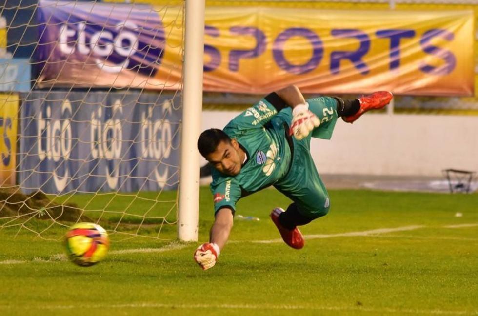 El arquero Diego Zamora despeja el penal pateado por Rodrigo Ramallo.