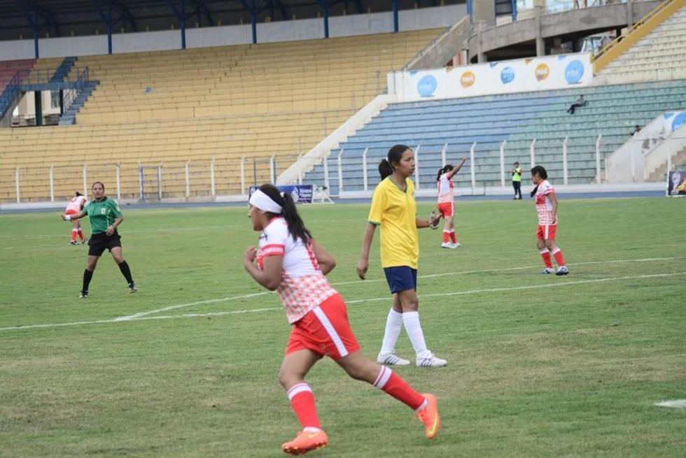 La jugadora Olga Cruz celebra su gol.