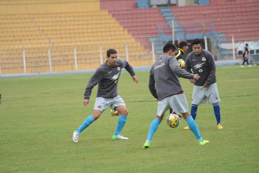 Los jugadores entrenan en el dominio de la pelota.