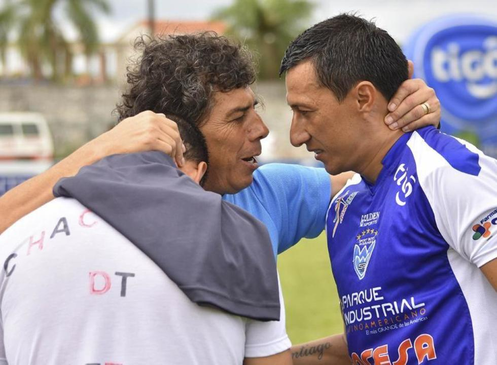 Carlos Leeb (espaldas), Víctor Hugo Andrada y Rosauro Ribero se abrazan.