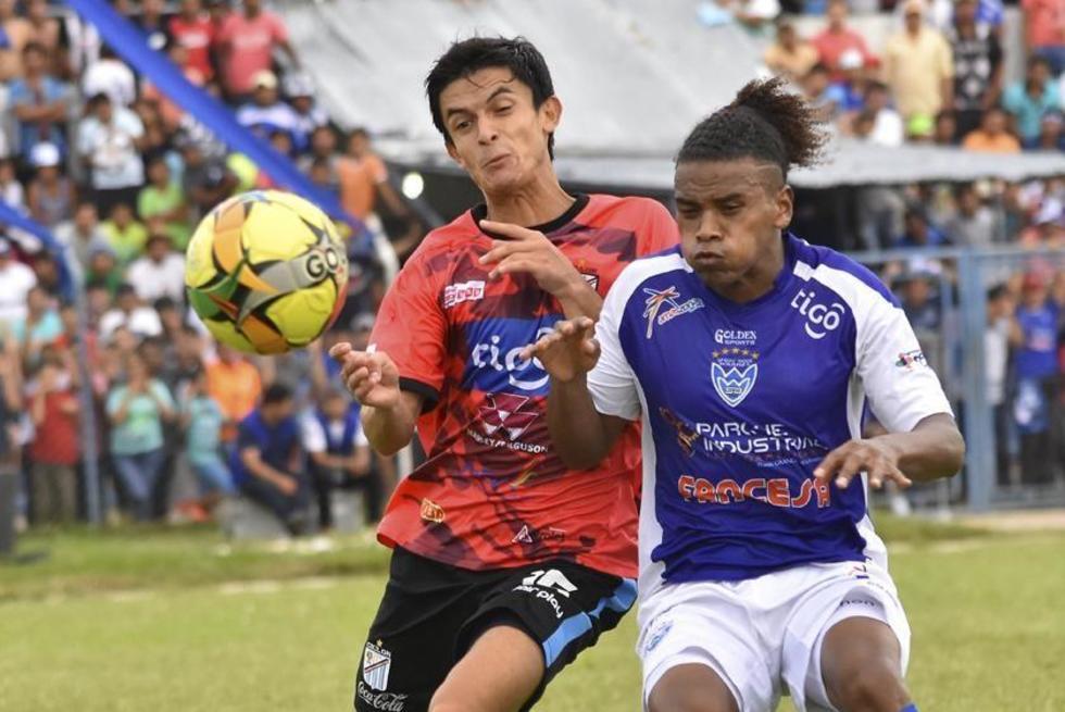 Paolo Arzabe y Leonel Morales van en busca del balón.
