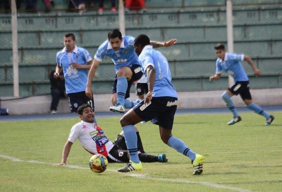 Darwin Peña (piso) observa cómo Wálter Flores (c) elude la marca mientras  Tenorio lleva el balón.