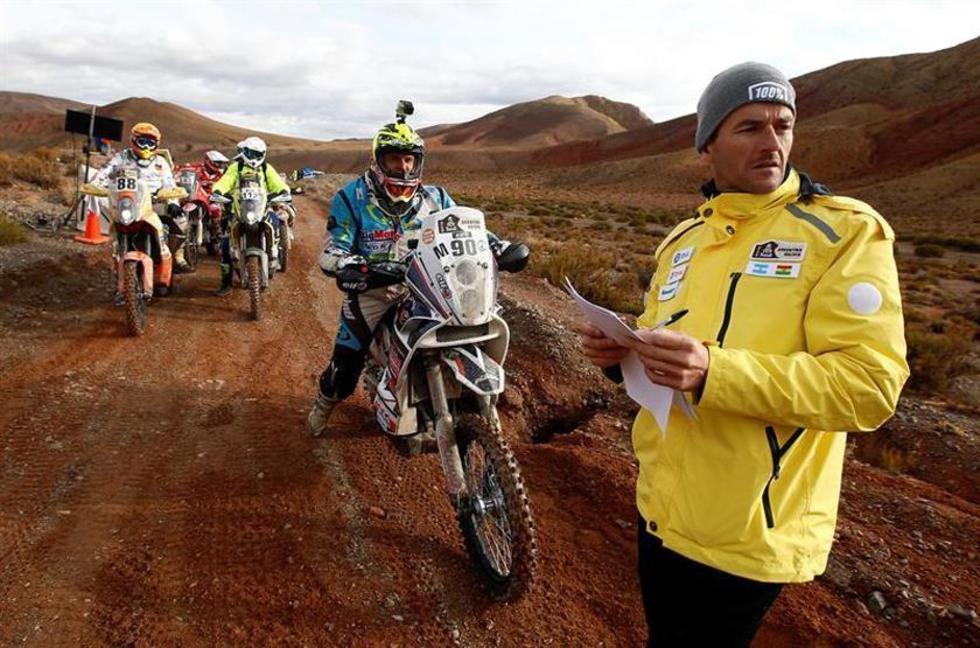 El director deportivo del Dakar, Marc Coma (d), controla la salida de corredores