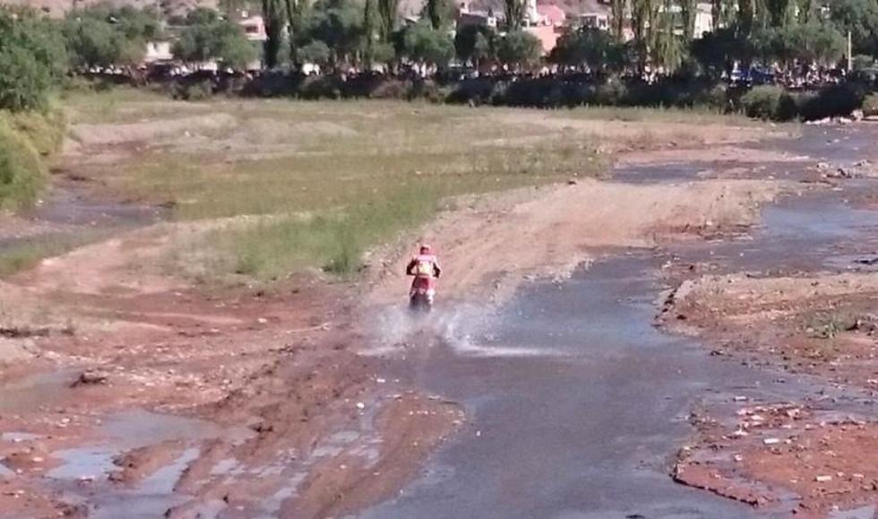 El australiano Price cruza el río Tupiza. Foto: Gentileza