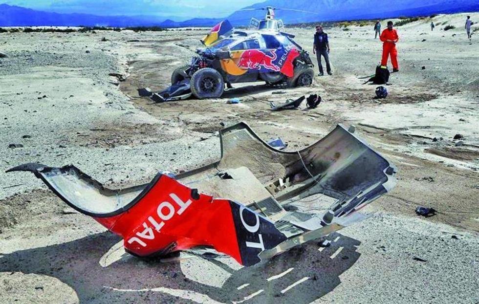El coche del piloto francés Sebastien Loeb tras sufrir un accidente.