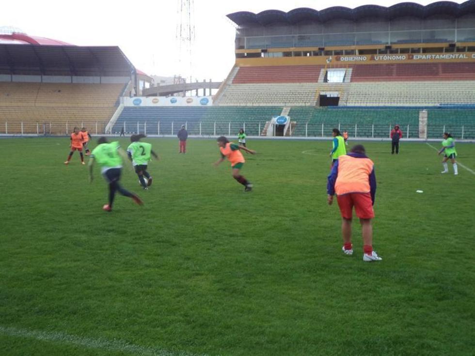 Las jugadoras del cuadro potosino, en pleno ensayo de futbol en el estadio.