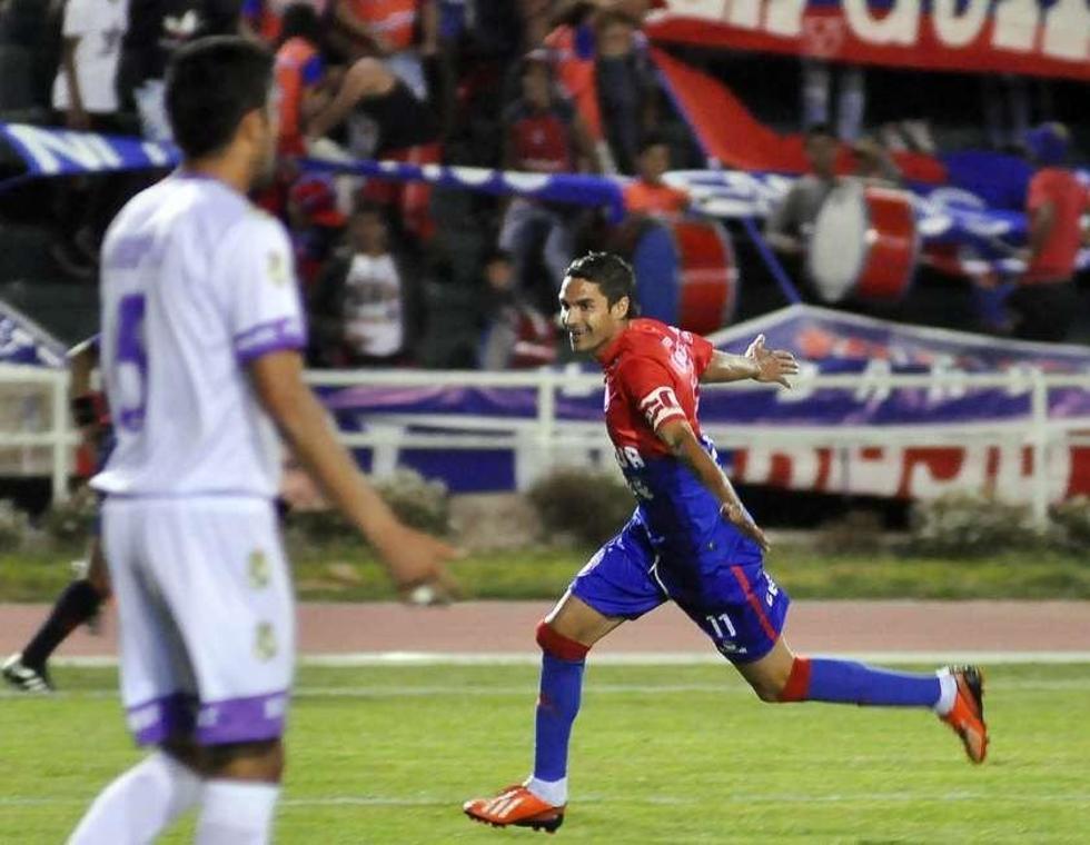 Martín Palavicini (d) celebra el primer gol del encuentro.
