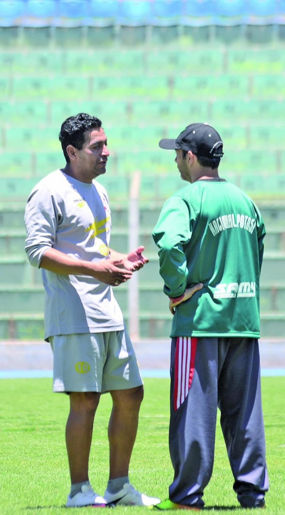 Darwin Peña conversa con el DT. Juan Márquez.