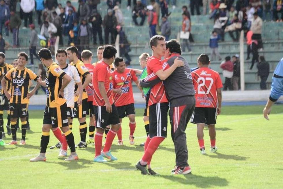 Jugadores de la banda roja festejan su triunfo ante los atigrados.