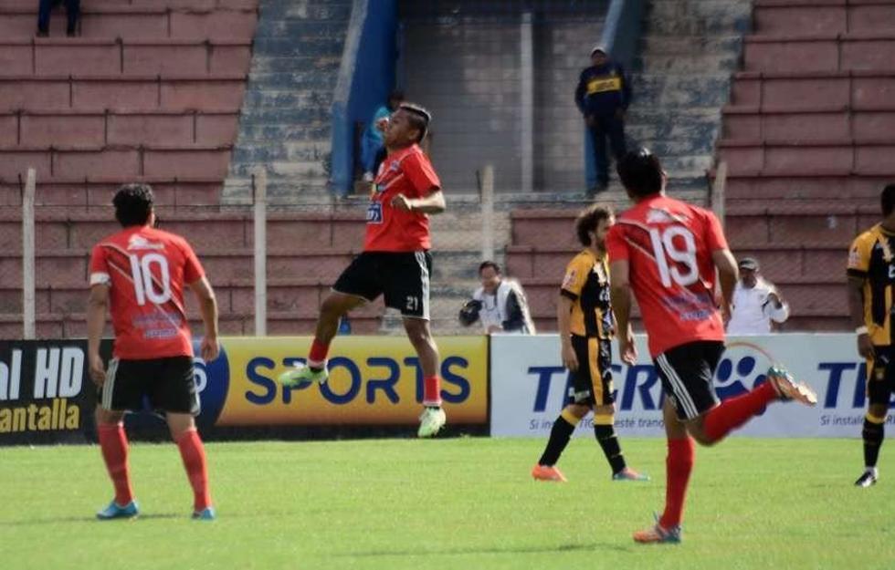 Ronald Gallegos (c) festeja tras anotar el segundo gol.