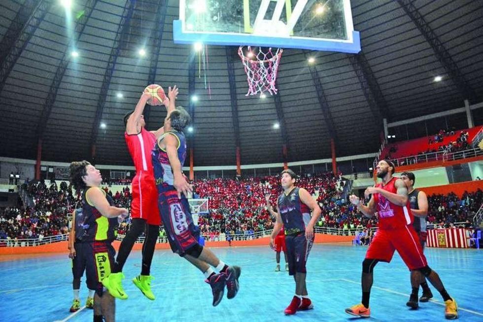 Luis Careaga (c) se eleva ante la marca de su rival.